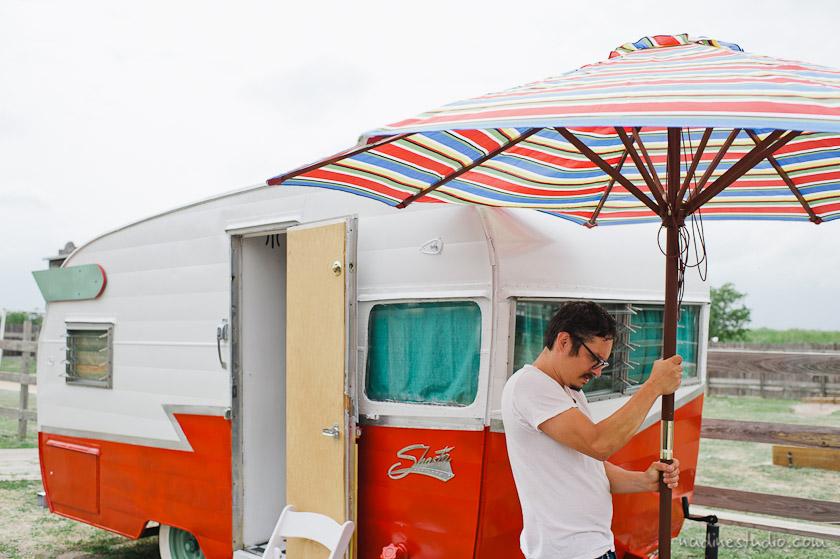 groom setting up umbrella